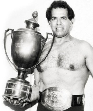 Dara_Singh_with_Wrestling_Cup